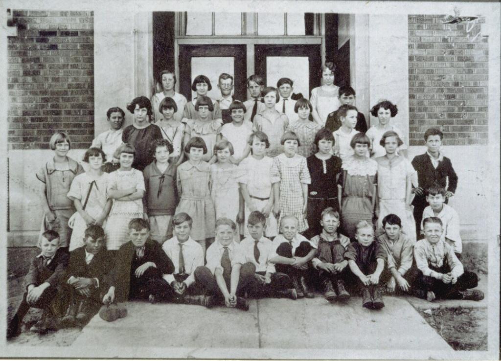 Crisman Grade School abt 1926.jpg